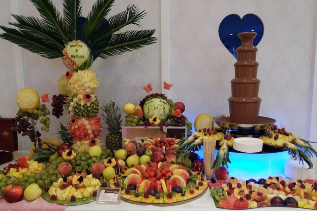 fontanna-czekoladowa-bufet-owocowy-stół-z-owocami-fruit-carving-1