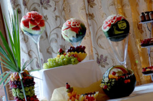 owocowy stół i arbuzy z imieniami pary młodej