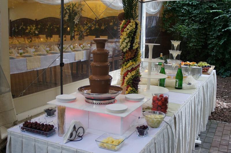 Fontanna alkoholowa na stole weselnym
