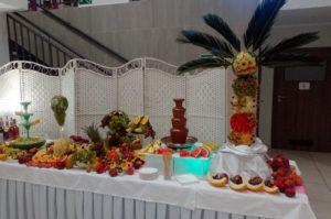 Fontanna alkoholowa na stole z owocami