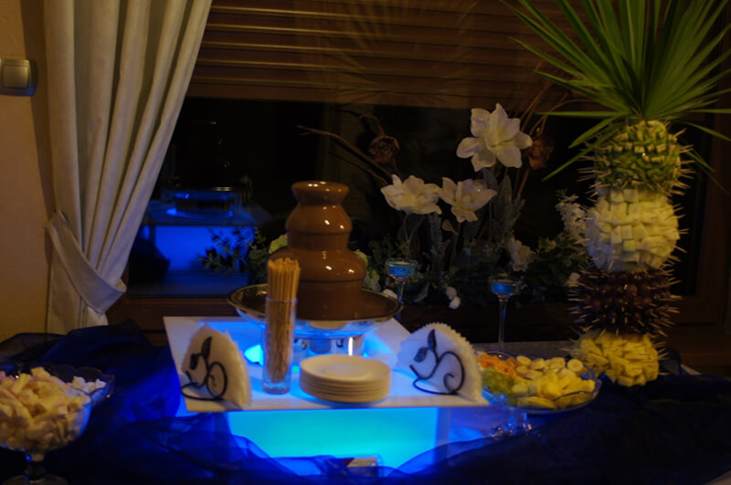 fontanna czekoladowa na podświetlanym stole