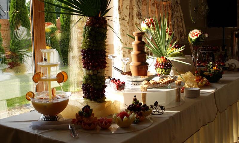 owocowy stół i słodka fontanna czekoladowa
