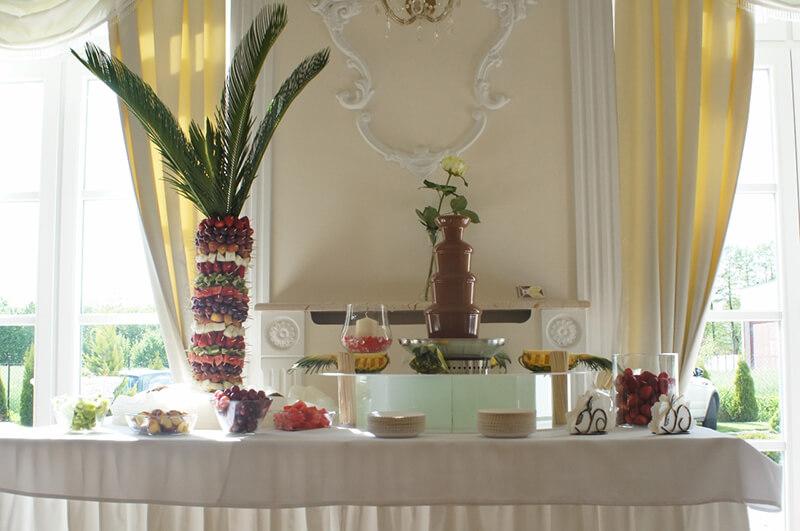 Stół weselny z fontanną czekoladową