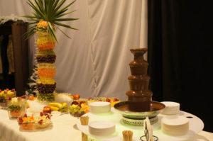 Fontanna czekoladowa i palma owocowa na urodzinach