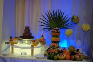 Fontanna czekoladowa i palma z owocami