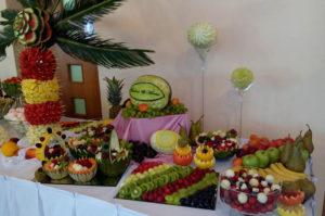 Stół z palmą owocową