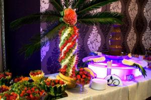 Podświetlana fontanna czekoladowa i plama owocowa