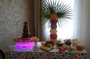 Mała fontanna czekoladowa i palmy owocowe