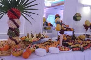 Palma i stół z owocami