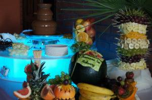 Podświetlana fontanna czekoladowa i palma owocowa