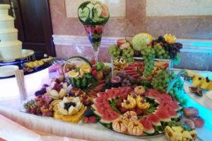 stół owocowy i fontanna serowa