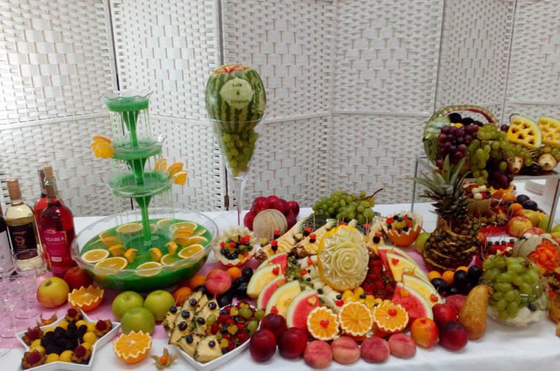 Stół owocowy i fontanna alkoholowa