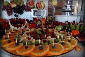 Owocowy stół na imprezie