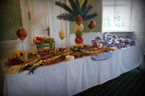 Palma owocowa na stole z owocami