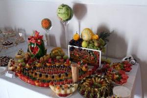 Stół owocowy na chrzcinach