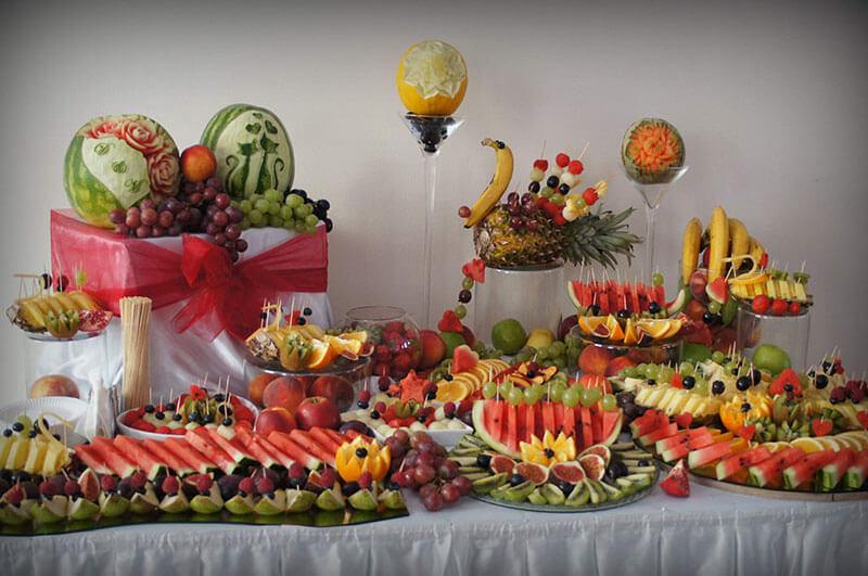 Stół owocowy na urodzinach