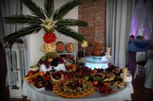 Stół owocowy w restauracji