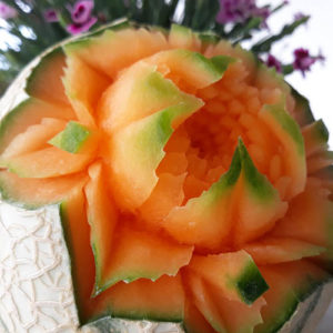 Kwiat wyryty w arbuzie