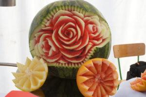 dekoracje z owoców kwiaty w arbuzie
