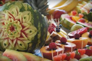 dekoracyjnie wyryte kwiaty w arbuzie
