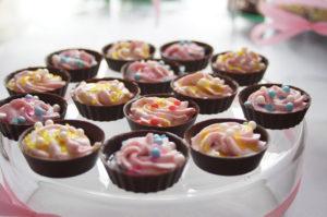 Słodki stół z czekoladkami w różnych kształtach