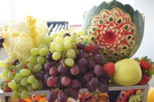 owocowy stol z kwiatem wyrytym w arbuzie