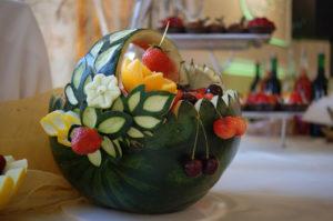 wycięty arbuz w kształcie koszyka