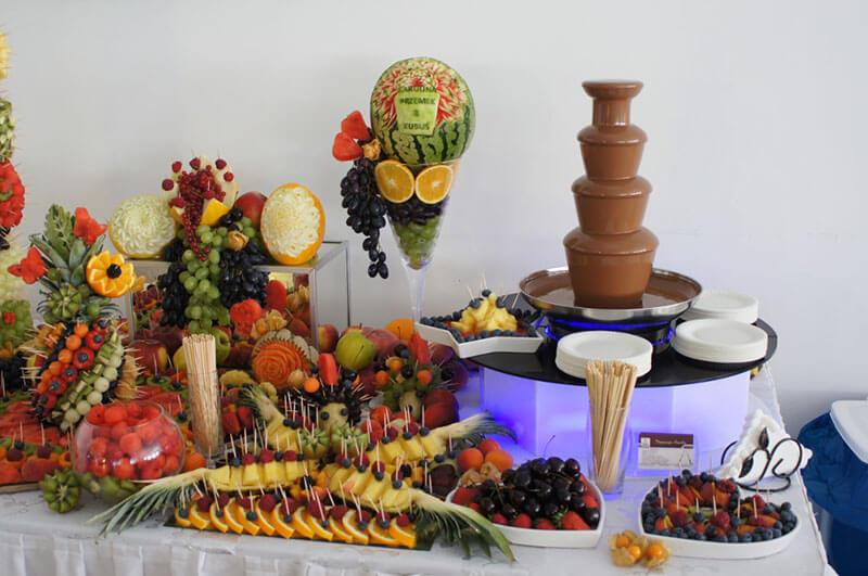 Fontanna czekoladowa i stół owocowy