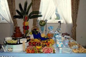Fontanny czekoladowe z owocowym stołem
