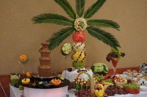 Palmy owocowe i fontanna czekoladowa
