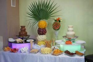 Stół z owocami i fontanna czekoladowa